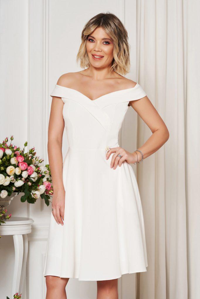 rochie alba eleganta in clos
